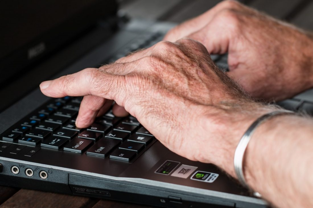 hands_old_typing_laptop_internet_working_writer_old_person-770100